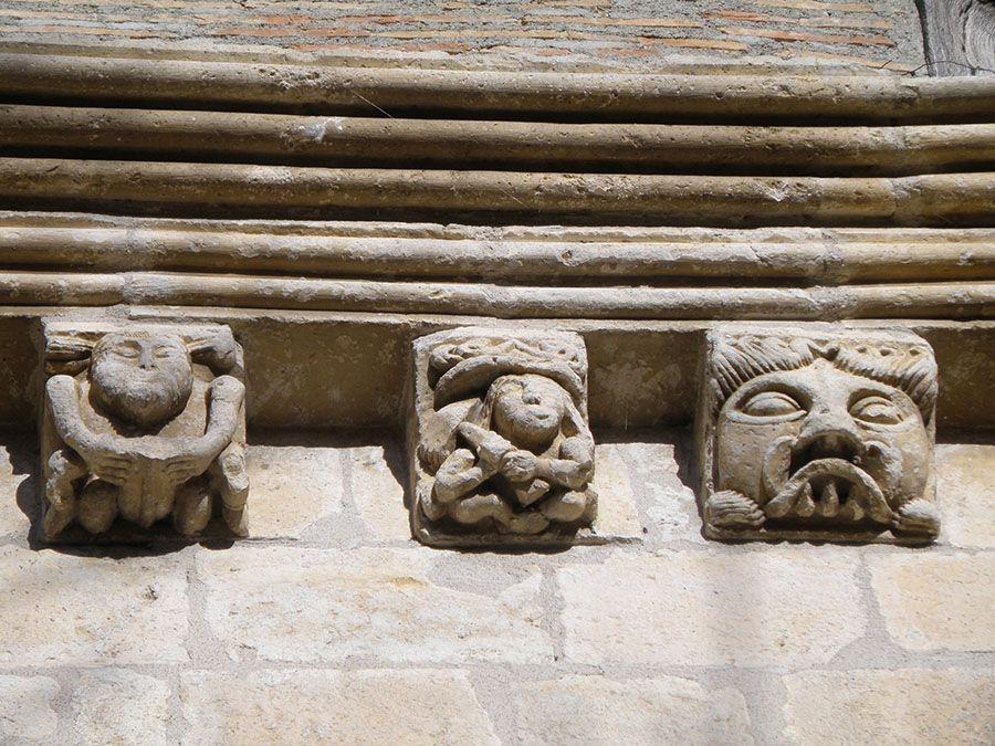 Canecillos de Añua (hombre itifálico, escultor, mascarón)